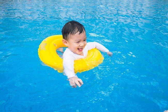 7 Tips Menjaga Anak Agar Tetap Aman Saat Berenang di Kolam Renang